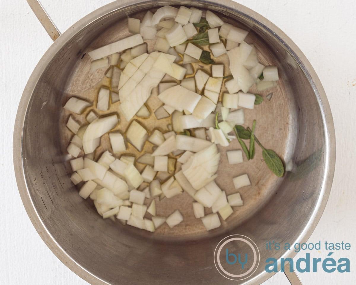 Fruit de ui en salie aan in de pan
