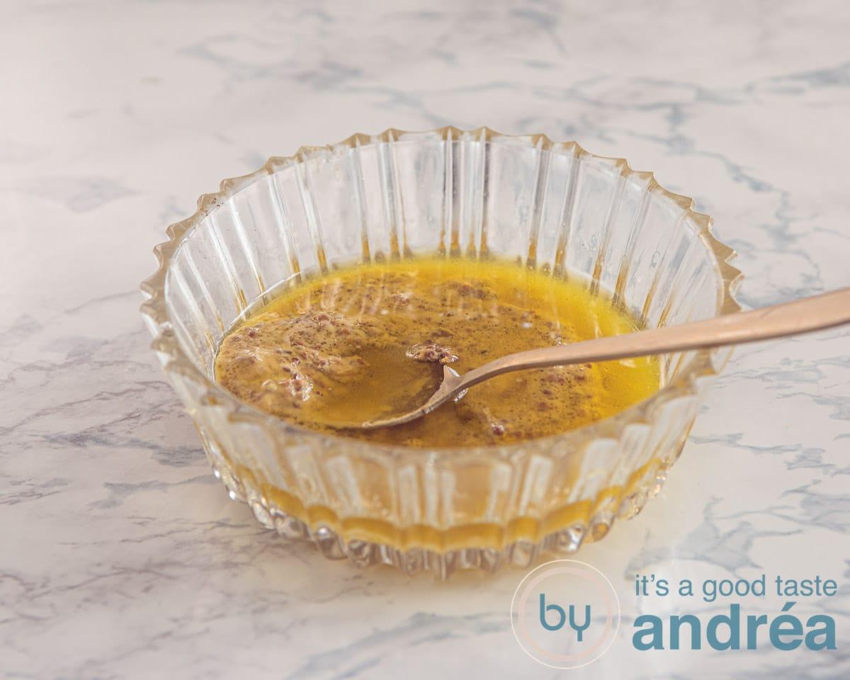 een mosterd dressing in een glazen schaaltje