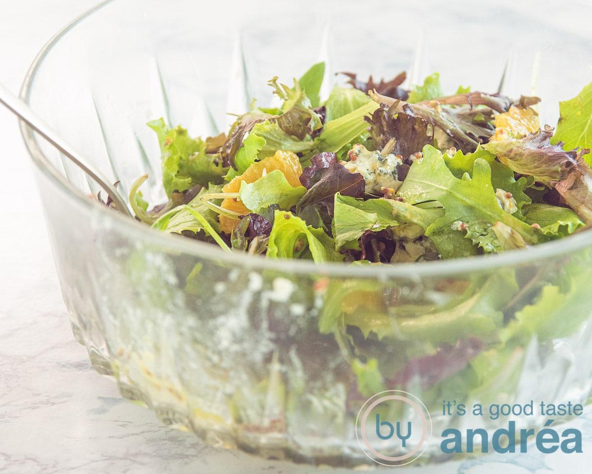 een sinaasappel salade gemengd met de dressing