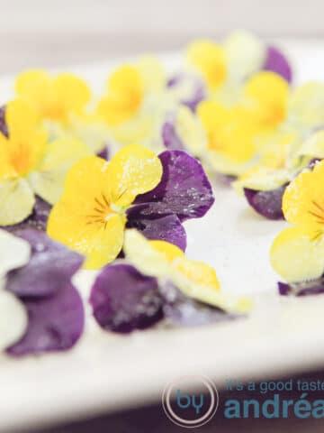 eetbare suiker bloemen op bord