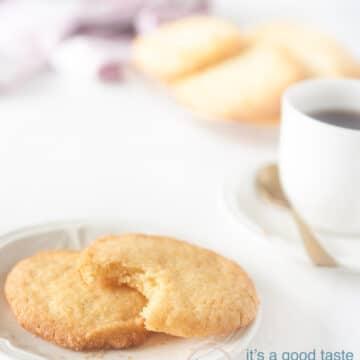 eenvoudige koekjes op een bord met koffie