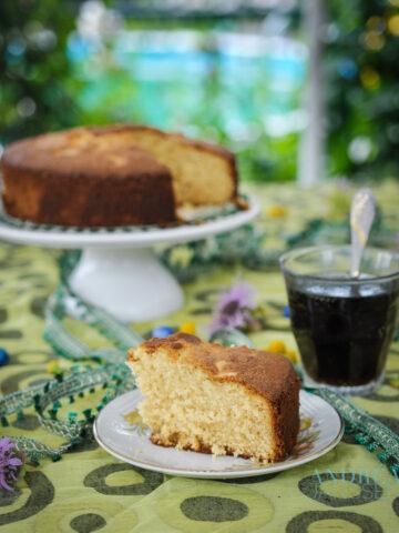 mawa cake op een taartschaal