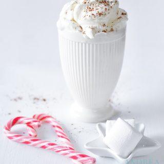 Warme witte chocolademelk in Kerst decor