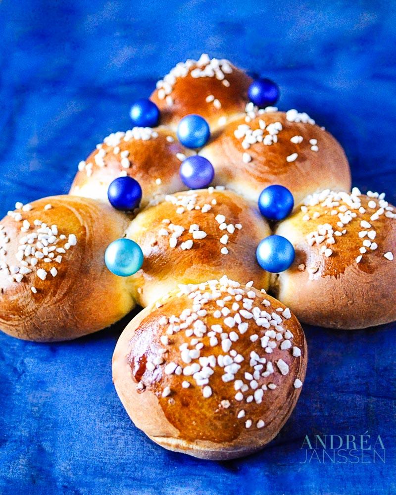 Zoete kerstboom broodjes op een blauwe ondergrond