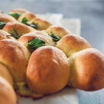 Breekbolletjes gevuld met mozzarella en roomkaas