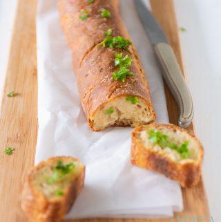 Knoflook stokbrood met kruidenboter en 2 plakjes