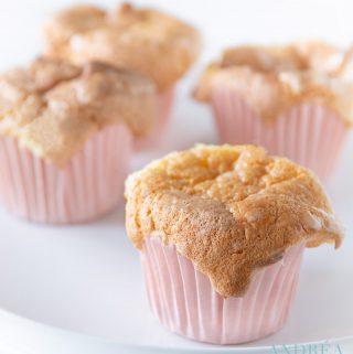 4 Zoete melk cupcakes op een schaal