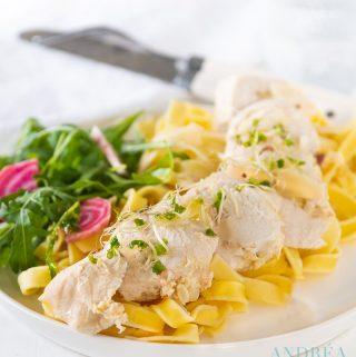 Een bord met agliatelle en kip gevuld met krab