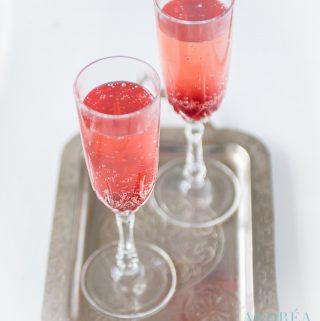 2 glazen met Valentijnscocktail op een dienblad