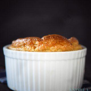 aardperen souffle in een ramekin