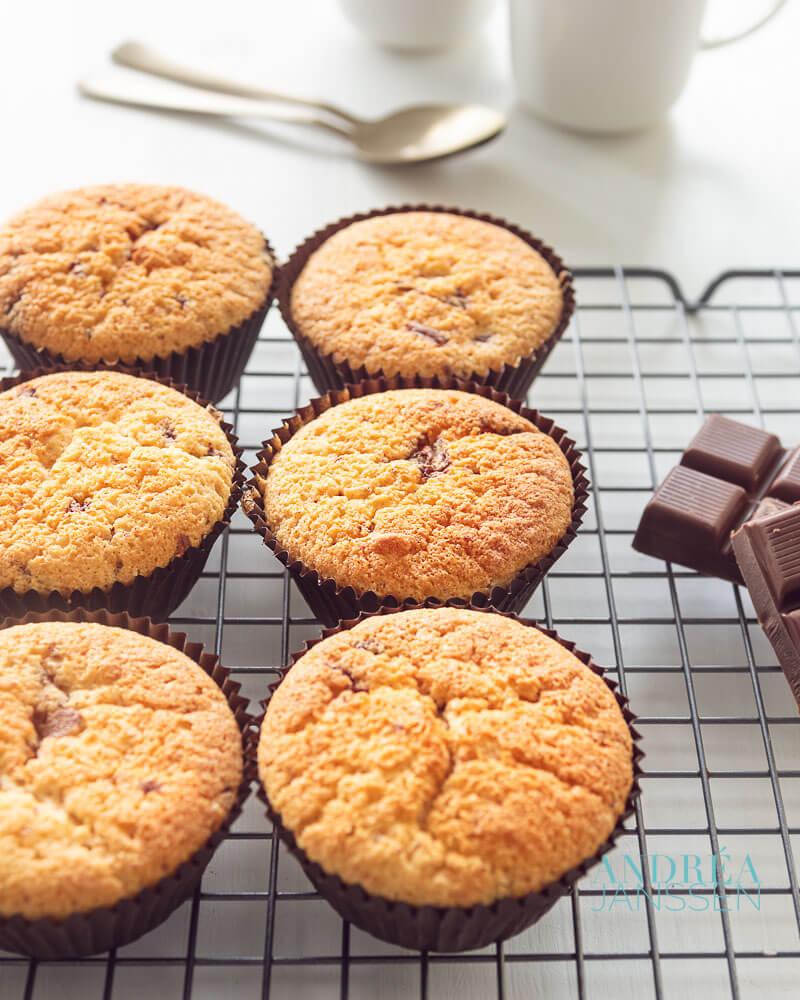 Cupcakes met chocolade stukjes op een rek