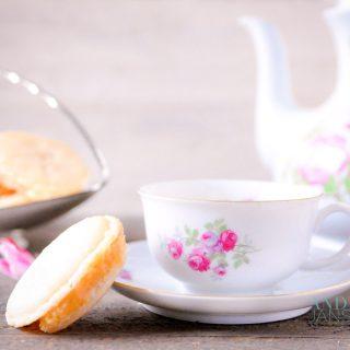 Karamel macarons met salty Karamel vulling, een kopje thee en een theepot
