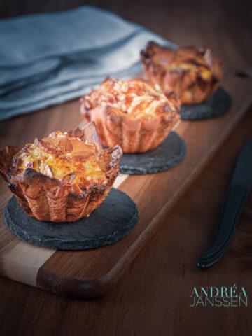 Kleine boerenkool, makreel en parmezaanse kaas quiches op een plank