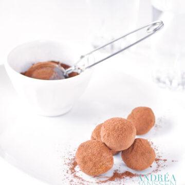 Chocolade sinaasappel truffels op een bord met cacao