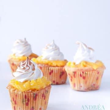 4 citroen meringue cupcakes op een witte plaat