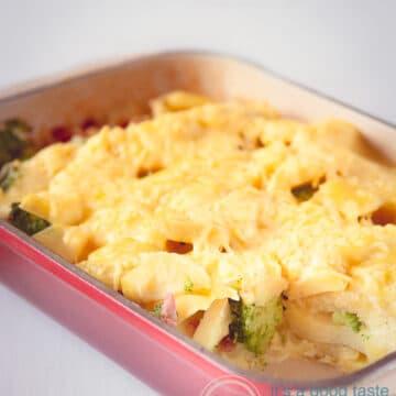 een rode ovenschaal gevuld met Kip broccoli ovenschotel