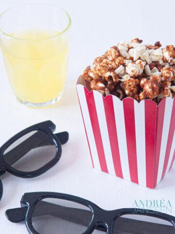 bakje popcorn, met drinken en twee bioscoopbrillen