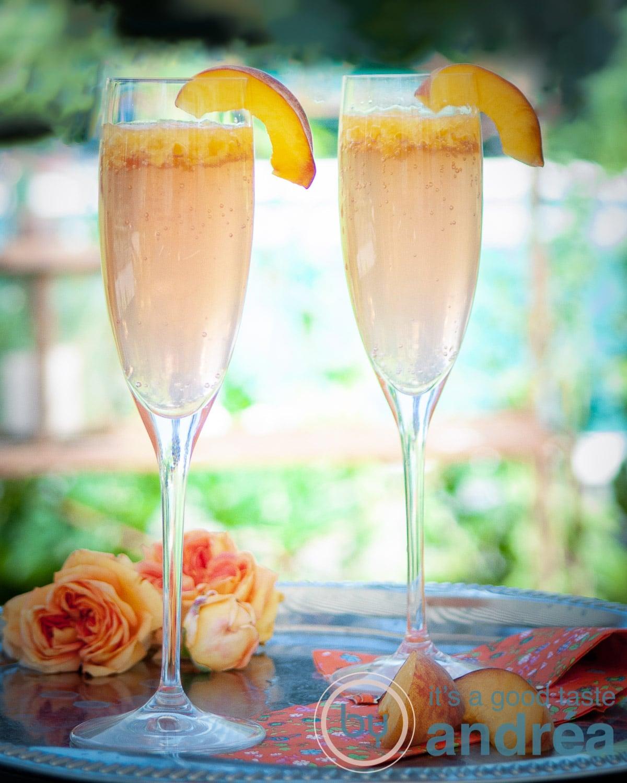 twee glazen met Bellini en schijfjes perziken