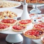 Italiaans buffet. Schalen met Italiaans eten en olijfolie