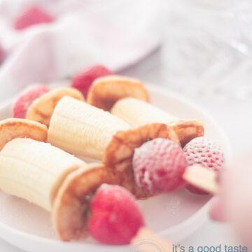 3 bananen aardbei poffertjes traktatie op een bord