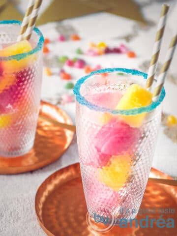 Twee glazen gevuld met gekleurde ijsblokjes