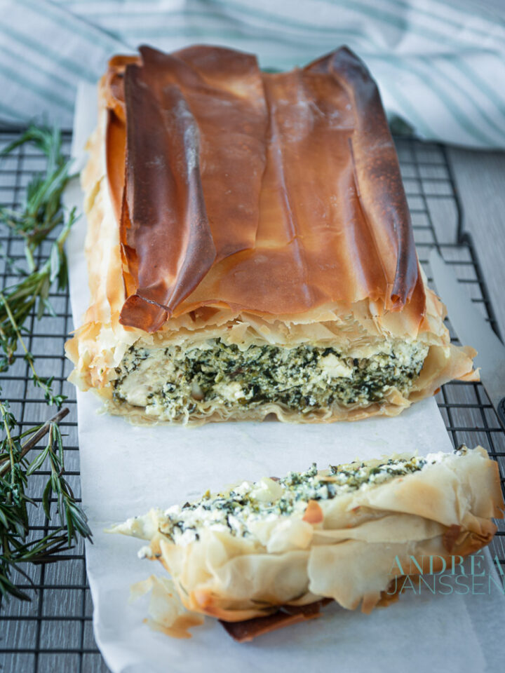 spinazie ricotta feta cake op bakpapier en een rek