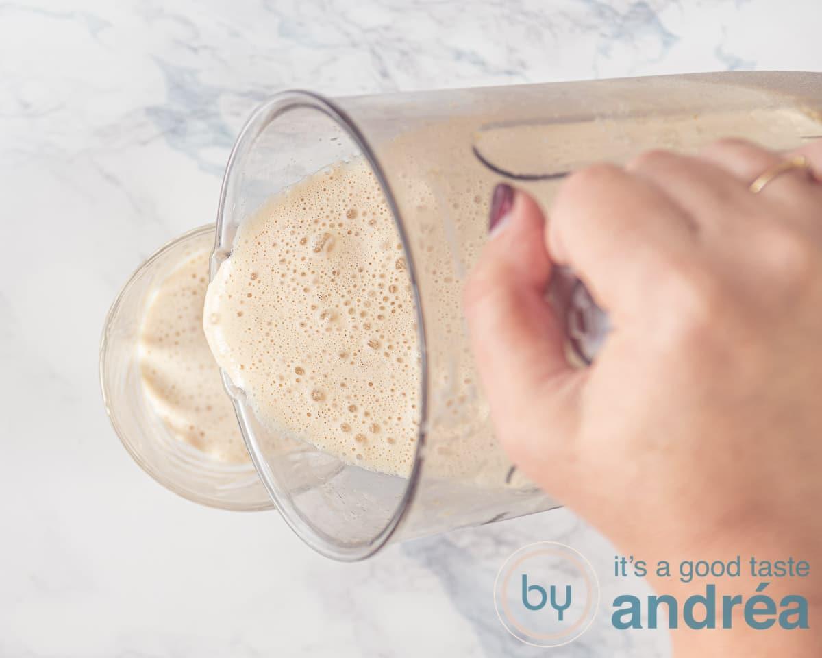 Schenk de frappuccino in een glas