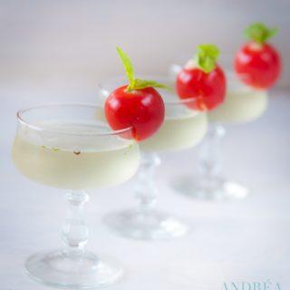 3 basilicum martini's met cherry tomaten en basilicum op een rij