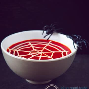 Romige tomatensoep met spinnenweb
