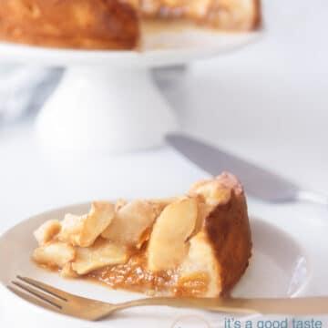 Een heerlijke appeltaart op een wit bord met een theedoek