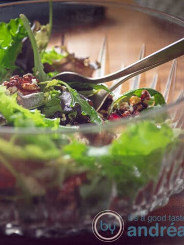 Een salade met avocado en granaatappel in een glazen schaal