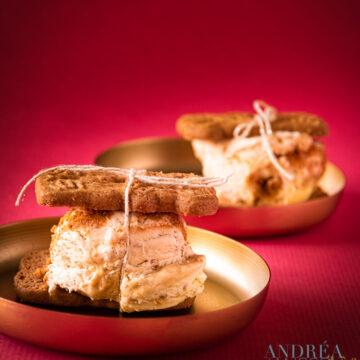 Sinterklaas ijs met chocola en karamel tussen twee speculaasjes op een gouden bord