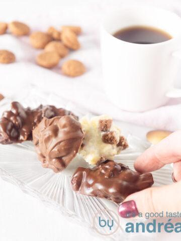 3 soorten chocolade pepernoten flikken met pepernoten en 2 kopjes koffie