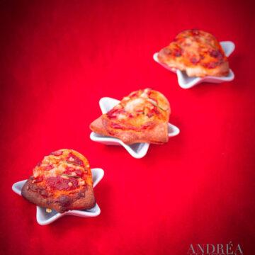 3 mini pizza's op een rood doek