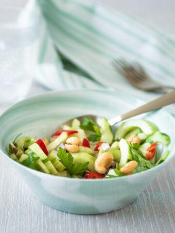 Een groen schaaltje met Pittige komkommersalade