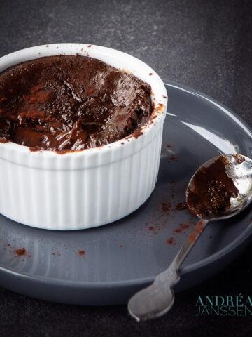 Een ramekin met een. Chocolade puddinkjes met vloeibaar hart