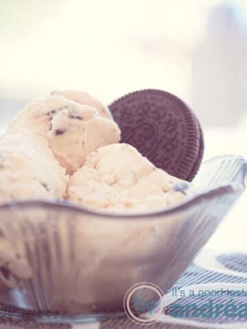 een zwart schaaltje gevuld met Oreo slagroom ijs en een Oreo koekje
