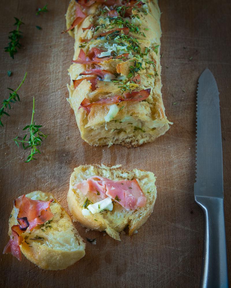 stokbrood met geitenkaas, ham en kruidenboter