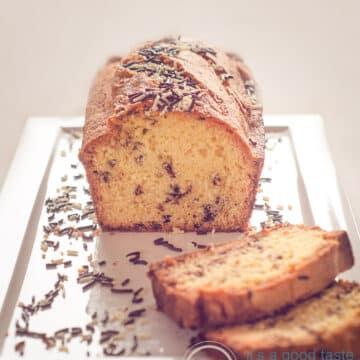 Een halve hagelslag cake op een wit bord, enkele plakjes en hagelslag eromheen gestrooid