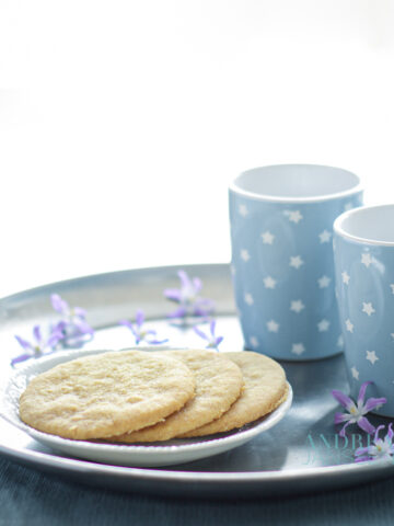 Gemberkoekjes op bord met koffie