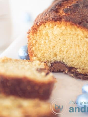 vierkante foto met een macro opname van een cake met chocola en twee plakjes