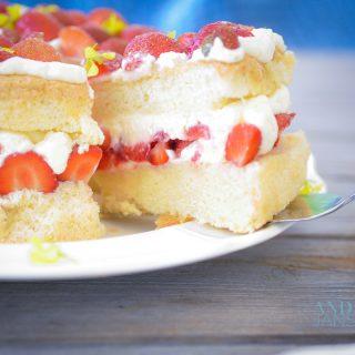 Een stuk aardbeien chiffon cake op een taartschep