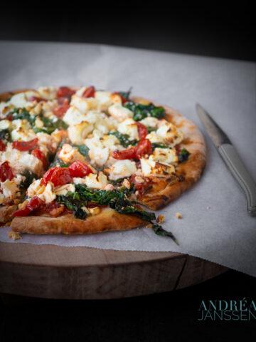 Pizza met spinazie, feta en pijnboompitten-Pizza met spinazie, feta en pijnboompitten--15-bewerkt
