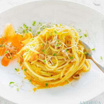 Spaghetti met wortel hazelnoot pesto