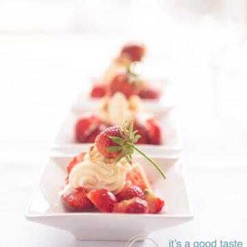 3 bordjes met Verse aardbeien met een room topping