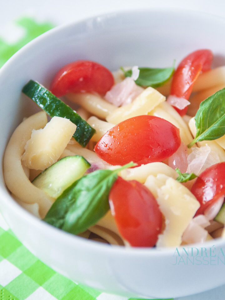 Pastasalade met honing tomaatjes en oude kaas - pasta salad with tomatoes and old cheese