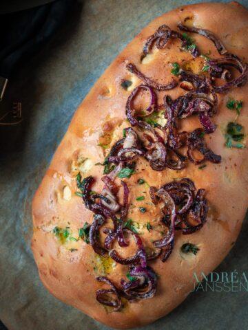Focaccia met gekarameliseerde rode ui en knoflookboter