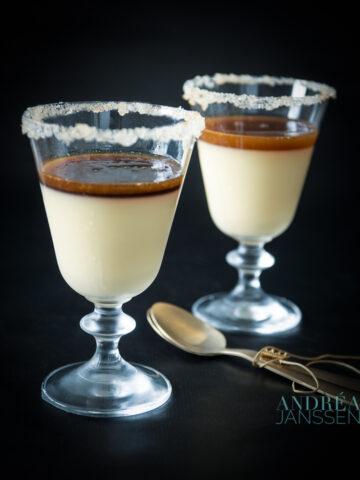 2 glaasjes Panna cotta met een saus van kandij