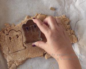 Steek de koekjes uit het deeg