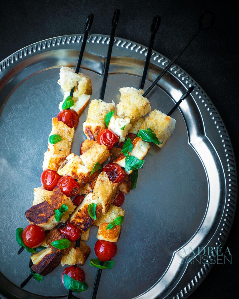 Gegrilde caprese kebabs met Halloumi en knoflookbrood